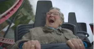 Sulle montagne russe a 78 anni: il video di Ria Van den Brand conquista il web