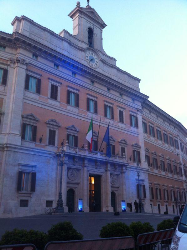 Montecitorio s 39 illumina di blu per la giornata mondiale for Montecitorio oggi