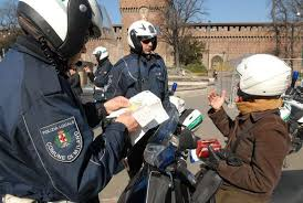 """Milano. Pedone multato, passava col rosso, moto a 100 kmh nulla: """"No autovelox"""""""