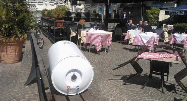 La panchina con scaldabagno al centro di Napoli (dal sito de Il Mattino)