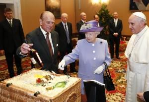 """Dio ci salvi dai regali della Regina d'Inghilterra. Il """"pacco di Pasqua"""" al Papa"""