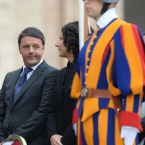 """Matteo Renzi contro Berlusconi e Beppe Grillo: """"Faccia della stessa medaglia"""""""