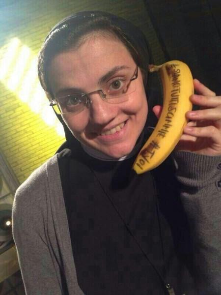 Suor Cristina Scuccia con la banana in sostegno a Dani Alves (foto)