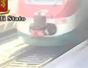 Roma, perde il treno ma ci si aggrappa: denunciato