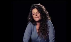 Adam, la girlbind che canta con un vibratore tra le gambe
