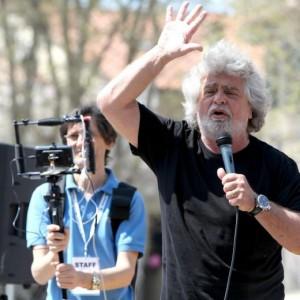 """Beppe Grillo: """"Berlusconi? Salma che va in giro a promettere dentiere"""""""