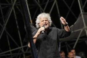 """Beppe Grillo vota: """"Obiettivo battere il Pd. A noi Abruzzo o Piemonte"""""""