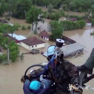 Inondazioni Serbia e Bosnia: soccorritori salvano bambino bloccato