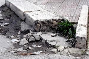 Roma. Cade nella buca e si ferisce: Comune condannato, risarcimento da 8mila€