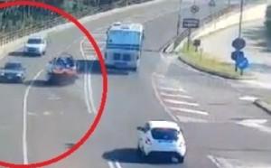 Venezia: camper perde carrello che invade la corsia (video)