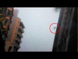 Due pompieri si gettano dal 13esimo piano in fiamme tenendosi per mano