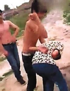 Cina, 3 ragazzi colpiscono con calci, pugni e pietre 13enne a terra
