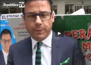 Angelo Ciocca, leghista contro gli immigrati. E il cartello gli cade in testa (video)