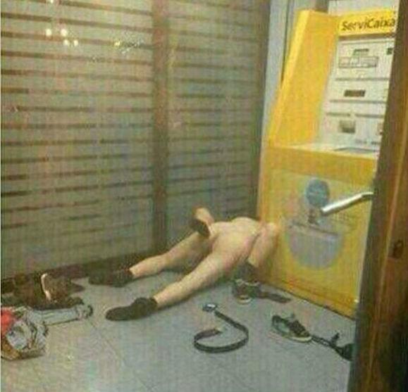 Fanno sesso nudi vicino a bancomat: sorpresi in flagrante dalla polizia (foto)