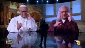 Maurizio Crozza fa papa Francesco e telefona a Crozza-Pannella