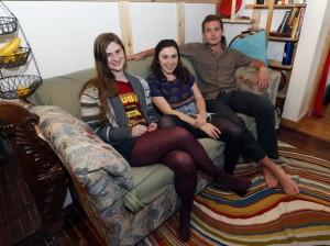 I tre ragazzi con il loro divano (foto Ap)