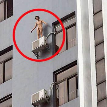 Donna nuda balla su un condizionatore esterno all'11° piano (foto)