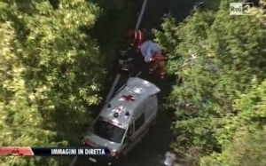 Paura al Giro d'Italia. Incidente stradale: moto investe addetto (video)