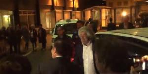 Beppe Grillo arriva alla Rai: Vespa chiede alle telecamere di allontanarsi