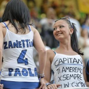 I tifosi festeggiano Zanetti (Ansa)