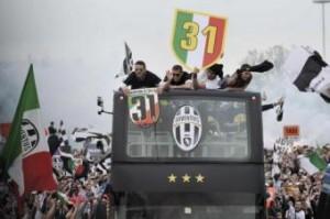 La Juventus ha vinto il suo 30° scudetto anche se in società non accettano la revoca dei due di Calciopoli (nella foto LaPresse la festa dello scorso anno)
