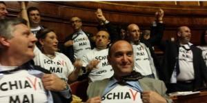 Contratti lavoro, fiducia a Renzi. M5s opposizione teatro