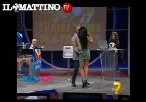 Marika Fruscio, Elio Corno le tocca il lato b in diretta tv (VIDEO)