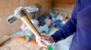 Piacenza: in tribunale per separazione, aggredisce la moglie a martellate