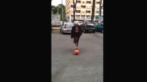Nonnina palleggia in strada a Roma: il video è virale