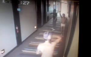 One Direction: Niall e Harry corrono in mutande nel corridoio un hotel (video)