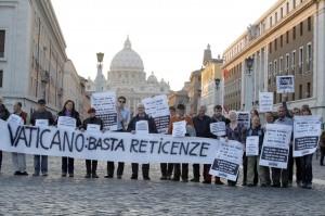 Vaticano - Protesta vittime abusi sessuali preti pedofili
