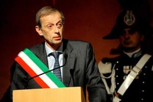 """Piero Fassino, dito medio e niente scuse: """"Basta, non porgo l'altra guancia"""""""