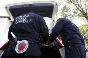 Roma, ambulante spezza il mignolo al vigile che cerca di allontanarlo