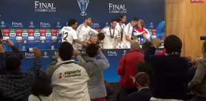 Giocatori Real MAdrid invadono la conferenza stampa di Carlo Ancelotti