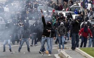 I tifosi della Roma non sono nuovi a scontri nei pressi dello Stadio. Nella foto Ansa quelli prima di un derby