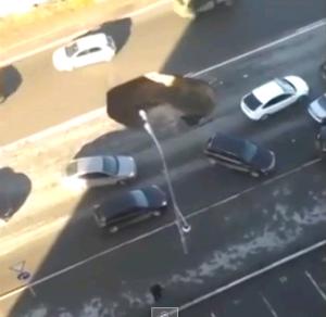 Russia, voragine in strada: automobilisti evitano di caderci dentro
