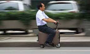 Cina, la valigia scooter che raggiunge i 20 chilometri all'ora
