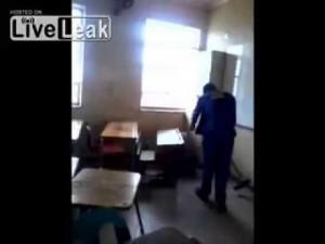 Studente in piedi sul banco: bidello lo picchia a sangue con la scopa