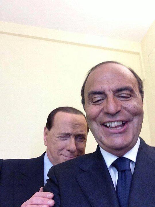 Bruno Vespa, selfie con Berlusconi. Ma la foto fa un po' paura