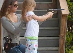 Madre insegna a sparare a figlioletta