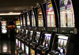 Gioco d'azzardo, slot machine lontane da scuole, ospedali e Asl