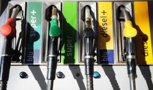 Benzina, raffica di rincari: prezzo sale a 1,864 euro/l, diesel a 1,760