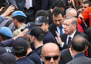 Turchia, Erdogan contestato per crollo miniera si ripara in supermercato (video)