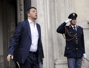 """Renzi: """"Non mandate i buffoni in Europa. Alle imprese bisogna abbassare le tasse"""""""