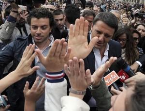 Matteo Renzi esce da Palazzo Chigi (foto Lapresse)