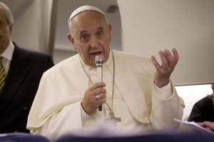 """Papa Francesco: """"Preti pedofili tradiscono Dio, come se dicessero messe nere"""""""