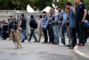 Turchia, polizia carica i manifestanti a piazza Taksim: feriti e arresti
