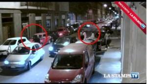 Sparatoria a Torino, ucciso pusher. Auto arriva, uomo scende e spara: il video