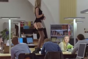 Spogliarello in biblioteca ma studente non batte ciglio (VIDEO)
