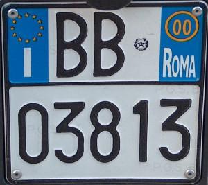 Targhe auto: in Italia costano il doppio e le producono solo a Foggia